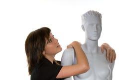 Mulher nova com Mannequin Foto de Stock Royalty Free
