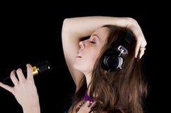 Mulher nova com microfone Foto de Stock Royalty Free