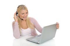 Mulher nova com microfone e computador Fotos de Stock Royalty Free