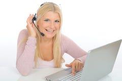 Mulher nova com microfone e computador Fotos de Stock