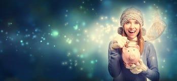 Mulher nova com o banco piggy cor-de-rosa Fotografia de Stock Royalty Free