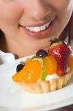 Mulher nova com o bolo low-calorie da fruta fotos de stock royalty free