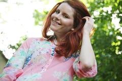 Mulher nova com o cabelo longo que relaxa. Fotos de Stock