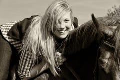 Mulher nova com o cavalo - preto e branco Imagem de Stock Royalty Free