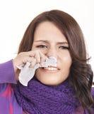 Mulher nova com o lenço que tem o frio. Imagens de Stock