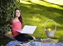 Mulher nova com o portátil Imagem de Stock