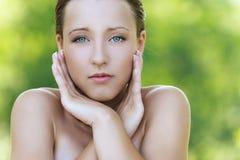 Mulher nova com ombros descobertos Imagem de Stock Royalty Free