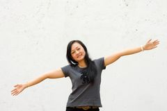 A mulher nova com os braços largos abre fotografia de stock