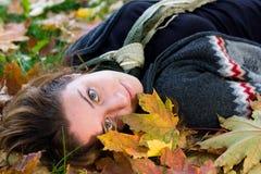 Mulher nova com os olhos verdes no parque Imagens de Stock