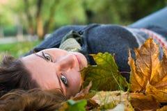 Mulher nova com os olhos verdes no parque imagem de stock