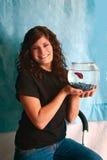 Mulher nova com peixes Foto de Stock Royalty Free