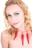 Mulher nova com pimentas de pimentão vermelho imagens de stock royalty free