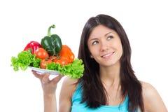 Mulher nova com a placa de vegetais saudáveis frescos Foto de Stock