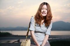 Mulher nova com por do sol Foto de Stock Royalty Free