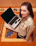 Mulher nova com portátil Imagens de Stock