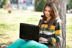 Mulher nova com portátil Fotos de Stock