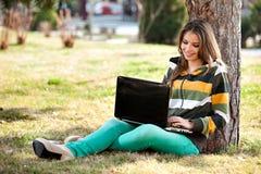 Mulher nova com portátil Foto de Stock Royalty Free