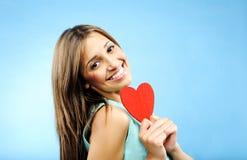 Mulher nova com símbolo do coração fotos de stock royalty free