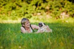 Mulher nova com seu cão fotos de stock royalty free
