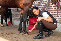 Mulher nova com seu cavalo imagem de stock