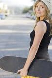 Mulher nova com skate Fotografia de Stock