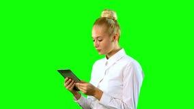 Mulher nova com tabuleta Tela verde closeup vídeos de arquivo