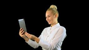 Mulher nova com tabuleta Usando a câmera para o bate-papo médio filme
