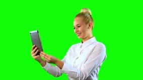 Mulher nova com tabuleta Usando a câmera para o bate-papo Tela verde médio video estoque