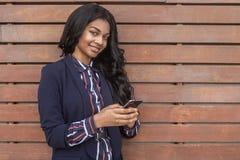 Mulher nova com telefone esperto imagens de stock royalty free