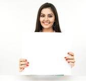 Mulher nova com um cartaz em branco imagens de stock