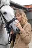 Mulher nova com um cavalo marrom Fotografia de Stock