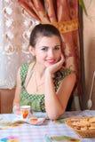 mulher nova com um copo do cofree em casa Imagem de Stock Royalty Free