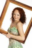 Mulher nova com um frame de retrato Fotos de Stock Royalty Free