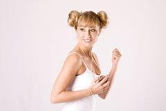 Mulher nova com um jogador mp3 Fotos de Stock