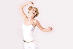 Mulher nova com um jogador mp3 Imagens de Stock Royalty Free