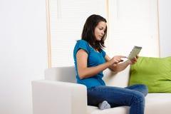 Mulher nova com um PC da tabuleta Fotos de Stock Royalty Free