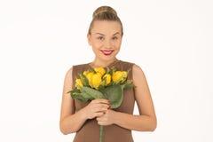Mulher nova com um ramalhete das flores Foto de Stock Royalty Free