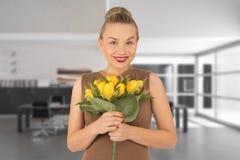 Mulher nova com um ramalhete das flores Imagens de Stock
