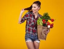 Mulher nova com um saco de compra do mantimento Fotos de Stock Royalty Free
