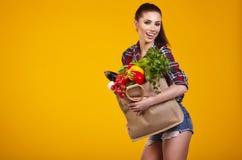 Mulher nova com um saco de compra do mantimento Imagem de Stock Royalty Free