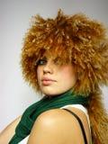 Mulher nova com um tampão curly em uma cabeça Foto de Stock Royalty Free