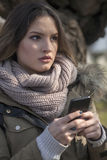 Mulher nova com um telefone de pilha Fotos de Stock