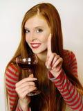Mulher nova com um vidro de vinho vermelho fotos de stock