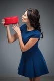 Mulher nova com uma bolsa Foto de Stock Royalty Free
