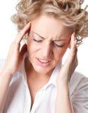 Mulher nova com uma dor de cabeça dolorosa Fotos de Stock Royalty Free
