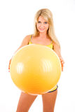 A mulher nova com uma esfera vai dentro para a aptidão Imagem de Stock Royalty Free