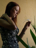 Mulher nova com uma flor imagem de stock