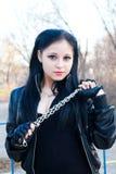 Mulher nova com uma grande corrente Imagens de Stock Royalty Free
