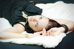Mulher nova com uma jóia Foto de Stock