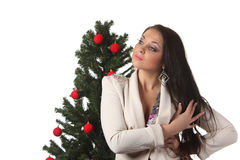 Mulher nova com uma árvore de Natal Imagens de Stock